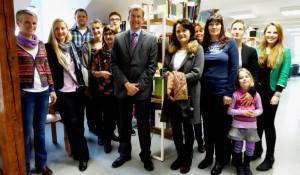 Schulleiter Markus Ratajski (Mitte) freut sich mit Schülern, Eltern und Kollegen über die modernen Räume des neuen Selbstlernzentrums am St.-Ursula-Gymnasium