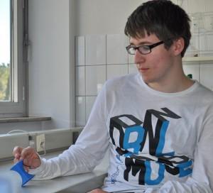 Jonas ist stolz auf seinen in einem CAD-Workshop am PC entworfenen und mit dem 3D-Drucker gefertigten blauen Eierbecher.