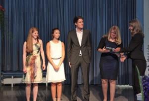 Für herausragende Leistungen in Biologie wurde (v.l.) Theresa Schulte, Lisa Goldammer, Marian Klose und Anna Lena Briese von Biologielehrerin Hildegard Stegmaier der Karl-von-Frisch-Preis überreicht.