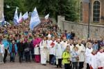 In einem eindrucksvollen Pilgerzug zogen die rund 1.500 jungen Wallfahrer gemeinsam mit Erzbischof Hans-Josef Becker zum Hohen Dom. Jede Schule hatte ihre eigene Fahne mitgebracht.