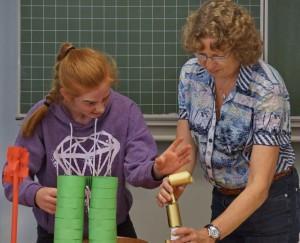 """Prof. Dr. Martina Klocke von der FH Aachen führt einen Workshop zum Thema """"Turmbau"""" durch."""