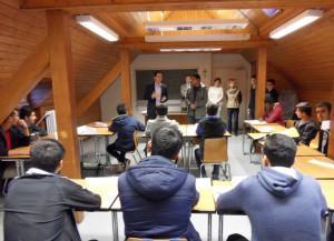 Der Bürgermeister begrüßt die Schüler der Auffangklasse.