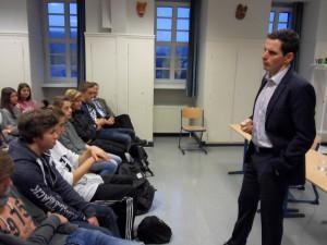 Bürgermeister Christian Pospischil im Gespräch mit den Sozialwissenschaftskursen der Jgst. EF.