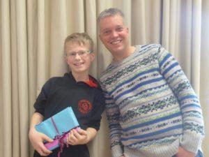 Deutschlehrer Sebastian Springob freut sich gemeinsam mit Jona Baltes über den Sieg beim Vorlesewettbewerb.